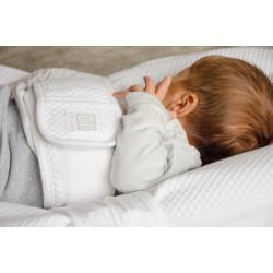 Wie im Mutterleib finden die Hände leicht den Weg zum Mund