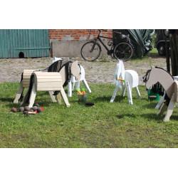 Helga Kreft bietet eine Vielzahl schöner Pferde aus Holz