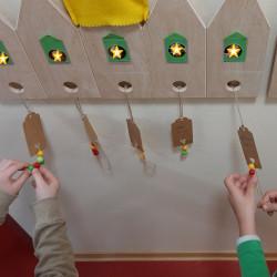 Die Kinder dürfen Perlen an den Kalender anbringen.